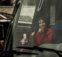 Guide talking to the passengers on the bus. By Terje Nesthus.